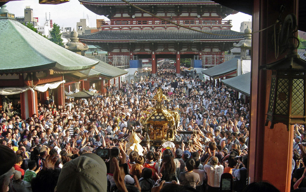1200px-View_of_mikoshi_from_sensoji_Sanja_Matsuri_2006-3